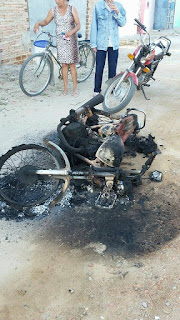Moto é incendiada na madrugada desta quarta-feira (17) em Baraúna