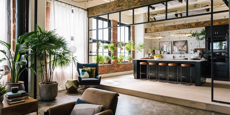 Loft urządzony w trendzie urban jungle, wystrój wnętrz, wnętrza, urządzanie domu, dekoracje wnętrz, aranżacja wnętrz, inspiracje wnętrz,interior design , dom i wnętrze, aranżacja mieszkania, modne wnętrza, loft, styl loftowy, styl industrialny, urban jungle, miejska dżungla, rośliny, kwiaty, zieleń,