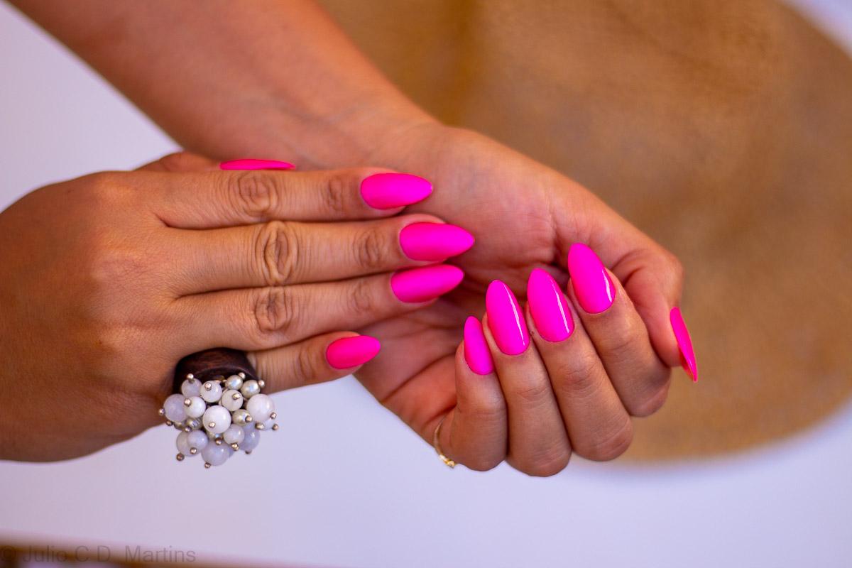 Unhas para curtir as férias em formato stiletto e cor pink