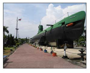 monumen kapal selam pasoepati surabaya indonesia