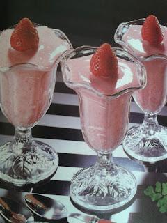Fresones con yoghourt y azúcar