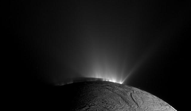 Những mạch nước trên vệ tinh Enceladus của Sao Thổ phun trào thẳng vào không gian. Hình ảnh: NASA/JPL.