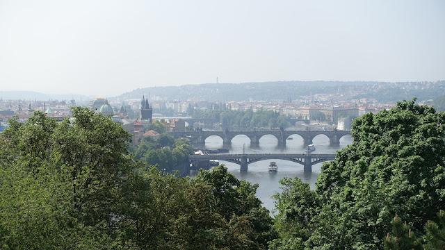 後方那座多拱橋就是查理大橋