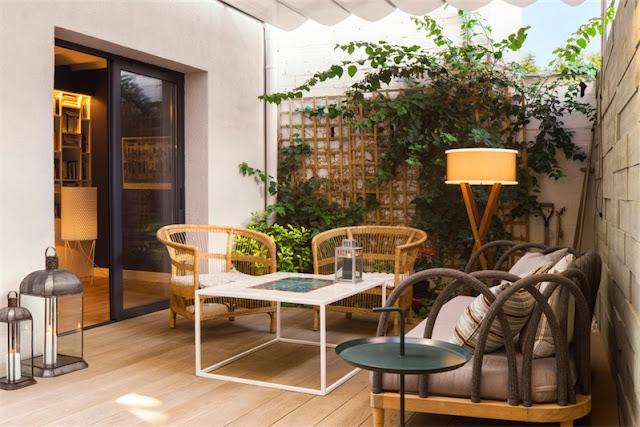 terraza urbana con sofas y lampara de pie chicanddeco