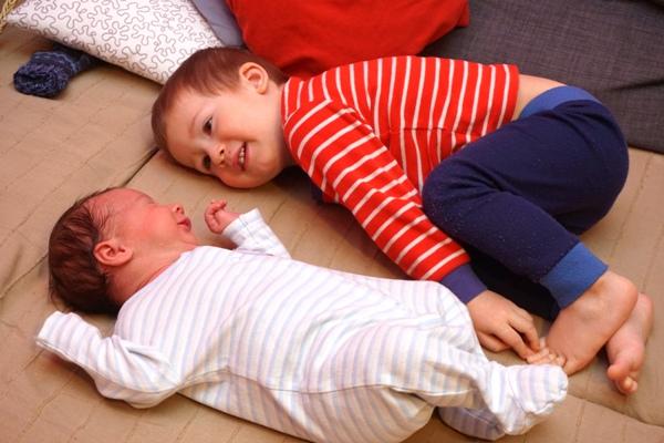 brat i siostra, dwulatek i noworodek