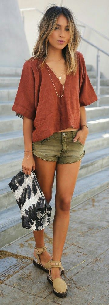 summer casual outfit: top + shorts + bag