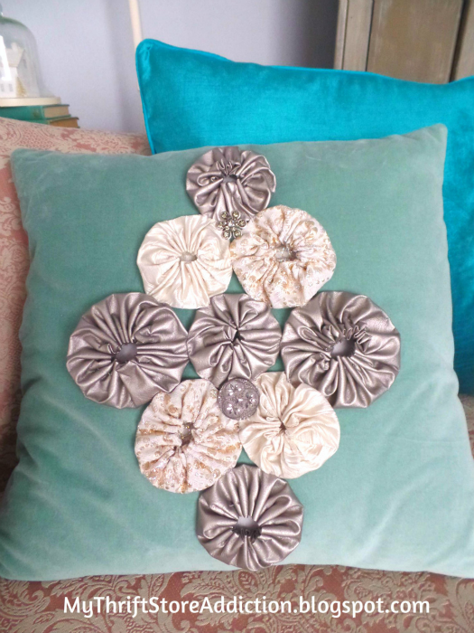 "Recreate Your Pillows: A Holiday Fashion Show mythriftstoreaddiction.blogspot.com A ""new"" holiday pillow is created by pinning on vintage brooches and quilt yo-yos"