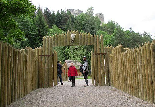 Wejście do średniowiecznej wsi Paseka.