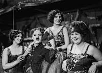 """Чарли Чаплин и Джорджия Хэйл на съемках новогоднего эпизода из """"Золотой лихорадки"""" (1925) - 2"""