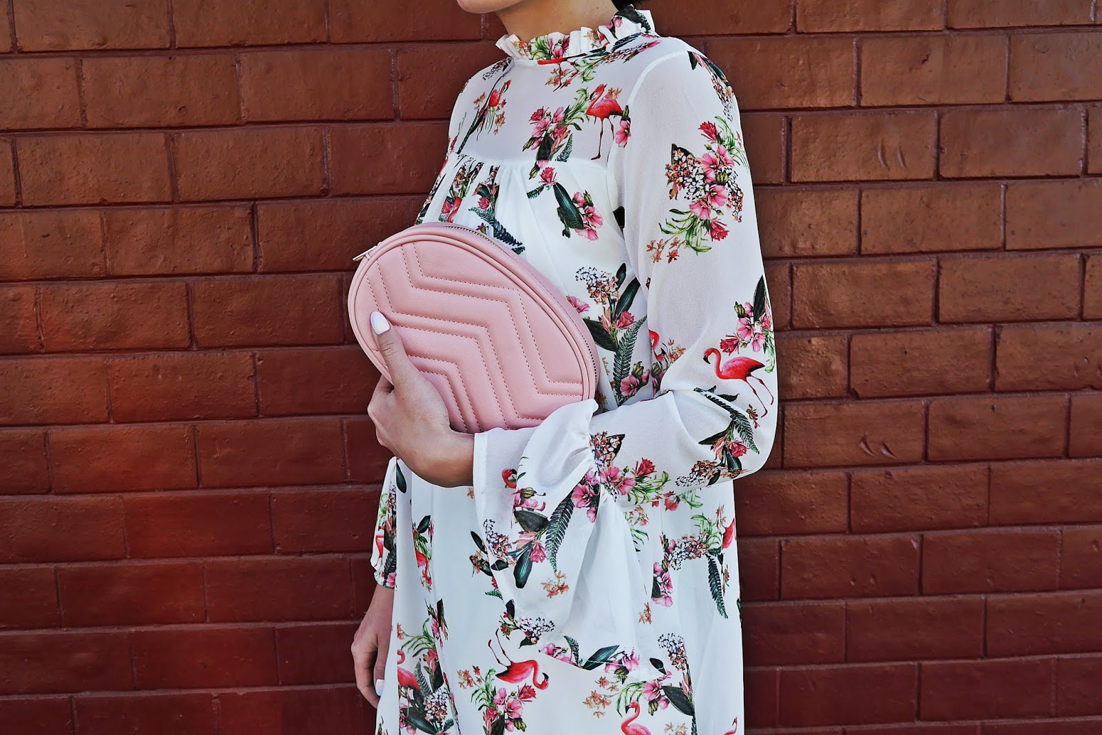 12_sukienka_we_flamingi_renee_szpilki_rozowe_torebka_nerka_rozowa_karyn_blog_modowy_300518
