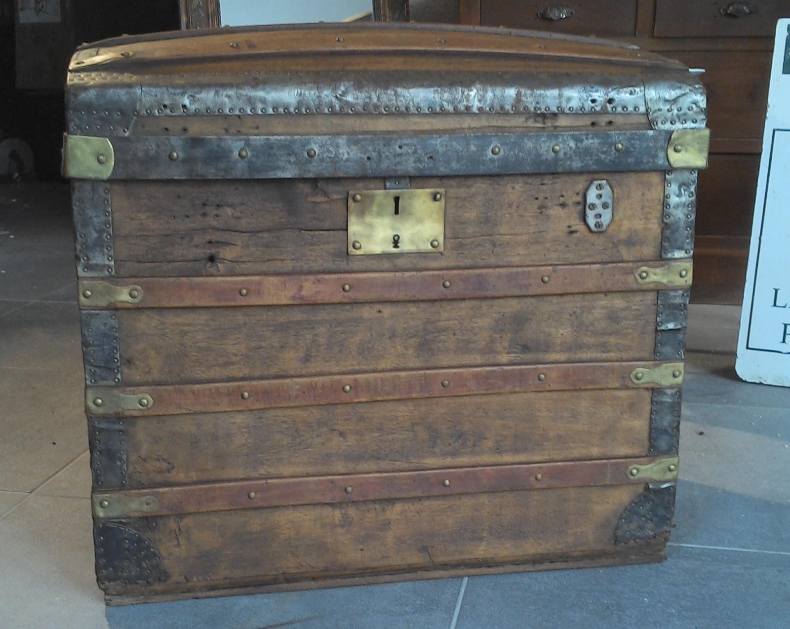 ancienne malle bois coffre bomb e ferrure bronze laiton malle valise de. Black Bedroom Furniture Sets. Home Design Ideas
