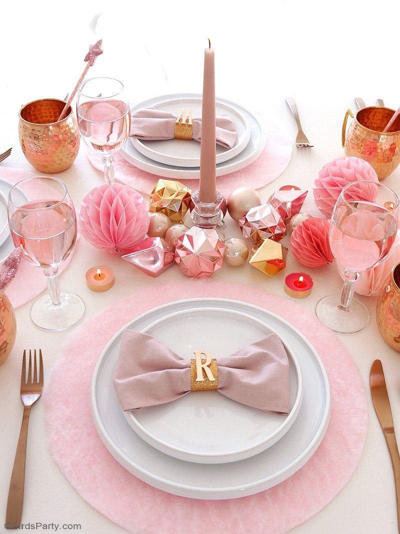 Ma Table de Noël en Rose et Cuivre - des décoration de fin d'année créatives, DIY et faciles à faire pour une table si girly aux accents cuivrés! by BirdsParty.fr @birdsparty #noel #tabledenoel #noelrose #cuivre #rosecuivre #rosepoudre #decorationsnoel