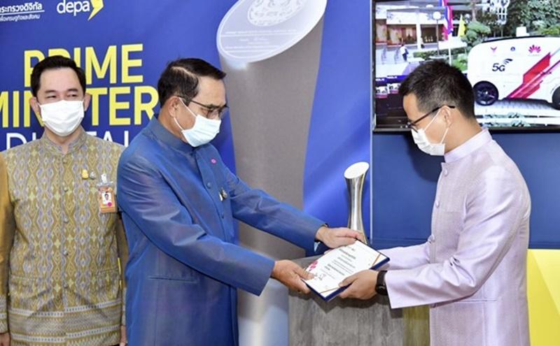 "Abel Deng, CEO Huawei Technologies (Thailand) Co., Ltd. menerima penghargaan ""PM Award: Digital International Corporation of the Year"" dari Perdana Menteri Thailand Jenderal Prayut Chan-o-cha disaksikan President/CEO of Digital Economy Promotion Agency, Nuttapon Nimmanphatcharin"