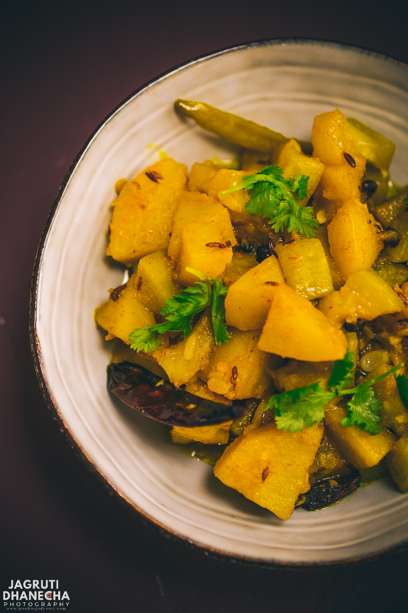 Aloo Lauki Stew (Potato and bottle gourd stew) is an easy and simple curry recipe that is most popular and regular during the summer season in Jharkhand, India. This amazingly delicious vegan curry is prepared with humble potato, bottle gourd and minimal spices.