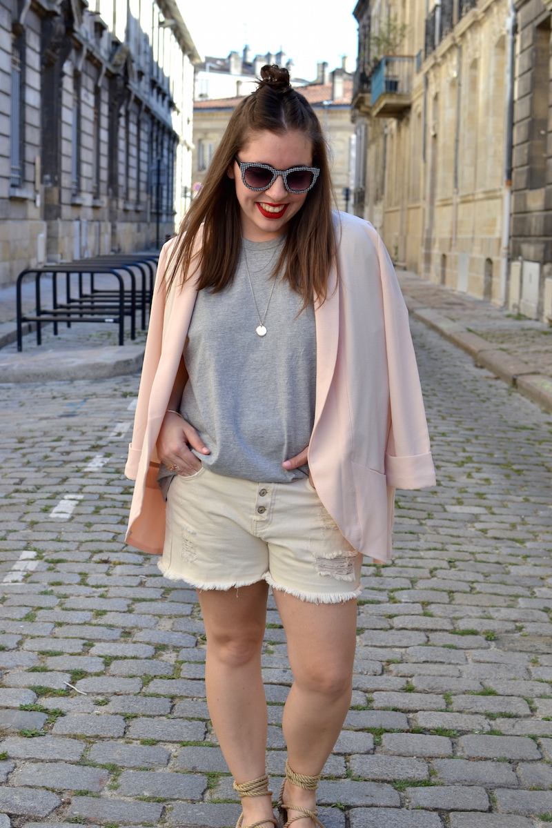 blazer rose Pimkie, t-shirt gris H&M, short en jean blanc Pimkie, lunette vichy zara,sandales Nomadic state of mind