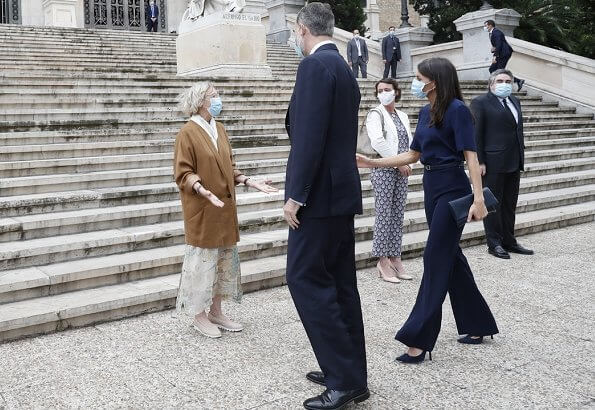 Queen Letizia wore Hugo Boss short-sleeved top and Hugo Boss trousers, wore a pumps by Magrit. carries Carolina Herrera clutch