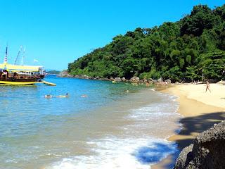 Escuna Deixa os Turistas na Praia da Lula, em Paraty