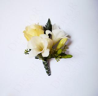 Vőlegény esküvői kitűző ekrü liziantuszból és fehér fréziából