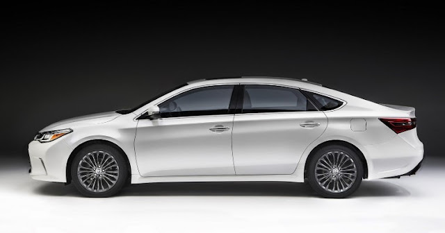 2018 Toyota Avalon Hybrid Sedan Review