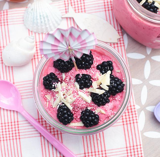 Himbeer Frozen Joghurt mit Brombeer-Topping und weißer Schokolade