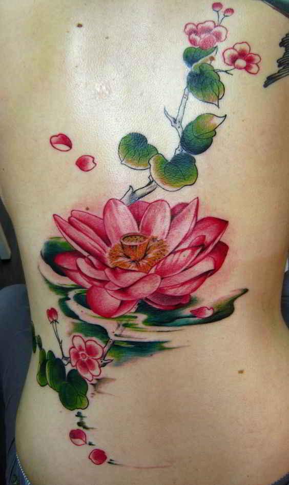 Vemos a una chica con tatuaje espiritual y lleno de significado