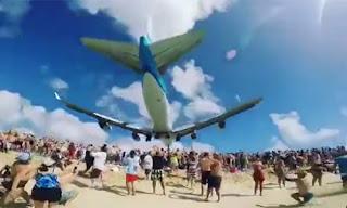 Máy bay sượt qua đầu du khách tắm biển