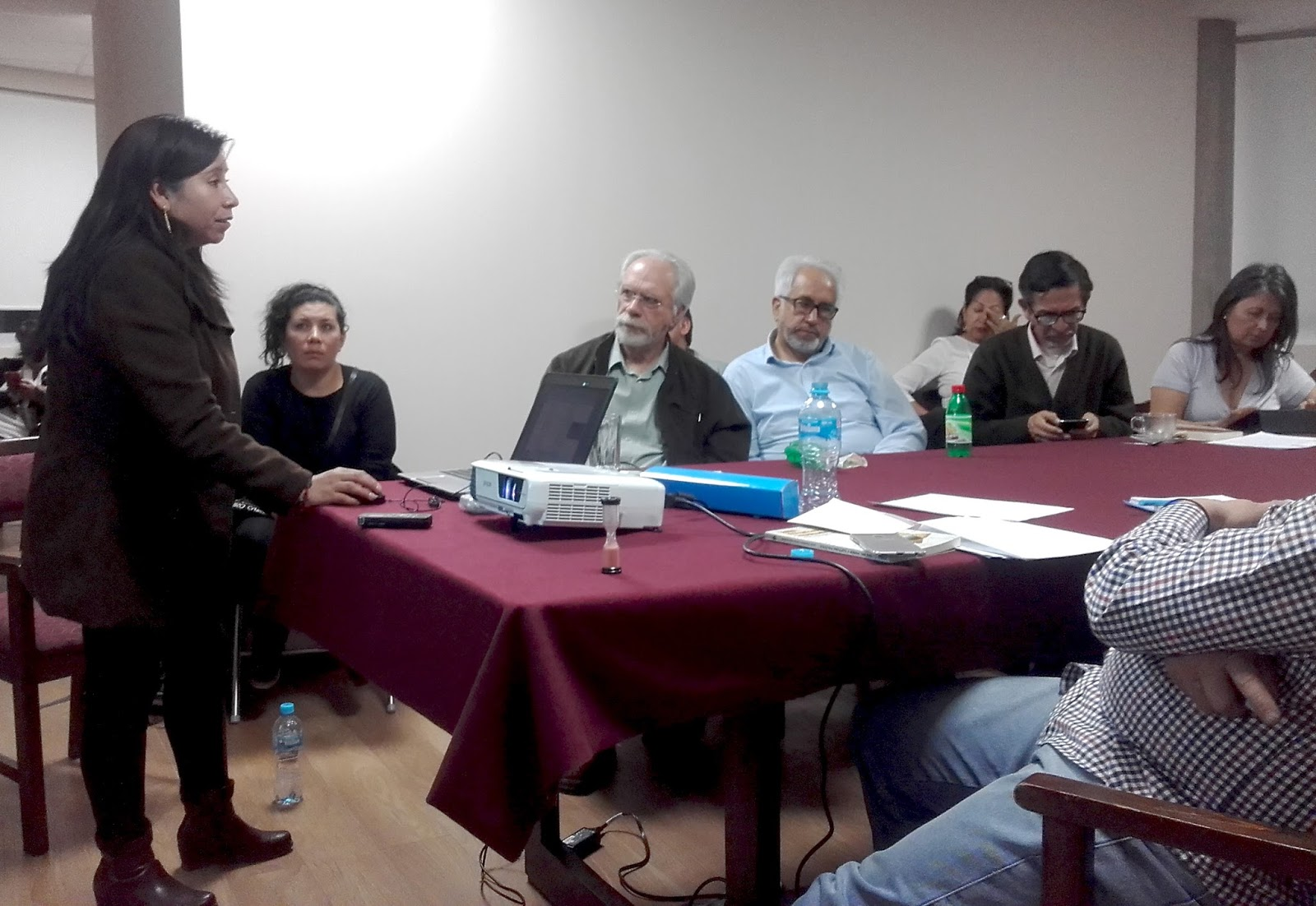 Layme compartiendo su experiencia en el TIPNIS con los asistentes al conversatorio de la FVPK