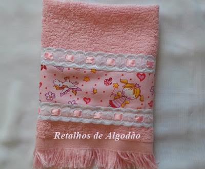 Toalhinha  para presente decorada com barra de tecidos e passa fitas com tutorial