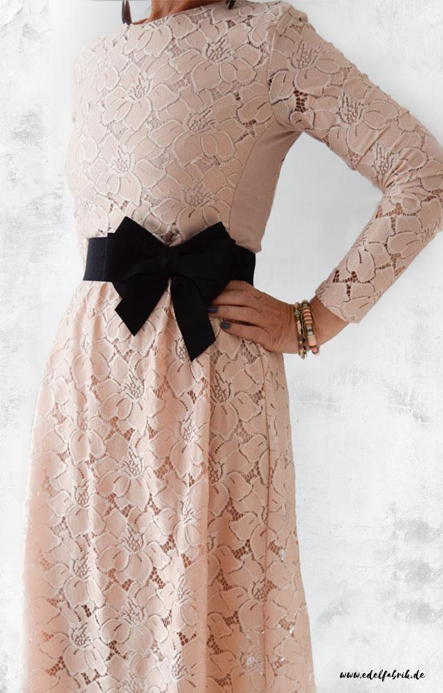 die edelfabrik, look, Kleid aus Spitze, Schwarze Schleife, Gürtel