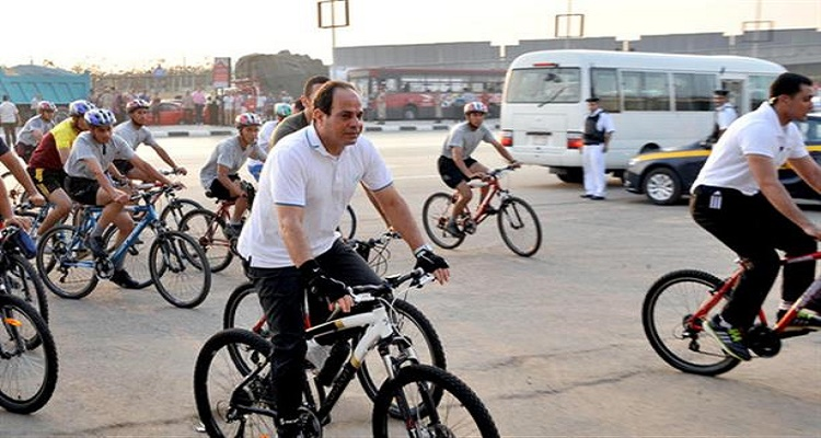 السيسي يقود دراجته بشوارع المعمورة فحصلت له مفاجأة لا تخطر ببال أحد