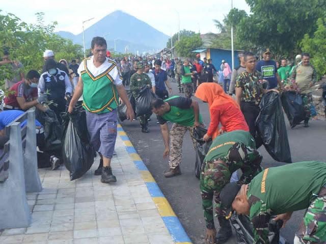 Korem Babullah Bersihkan Pantai di Kota Ternate