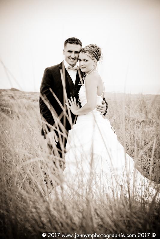 photo mariés dans les dunes en sépia