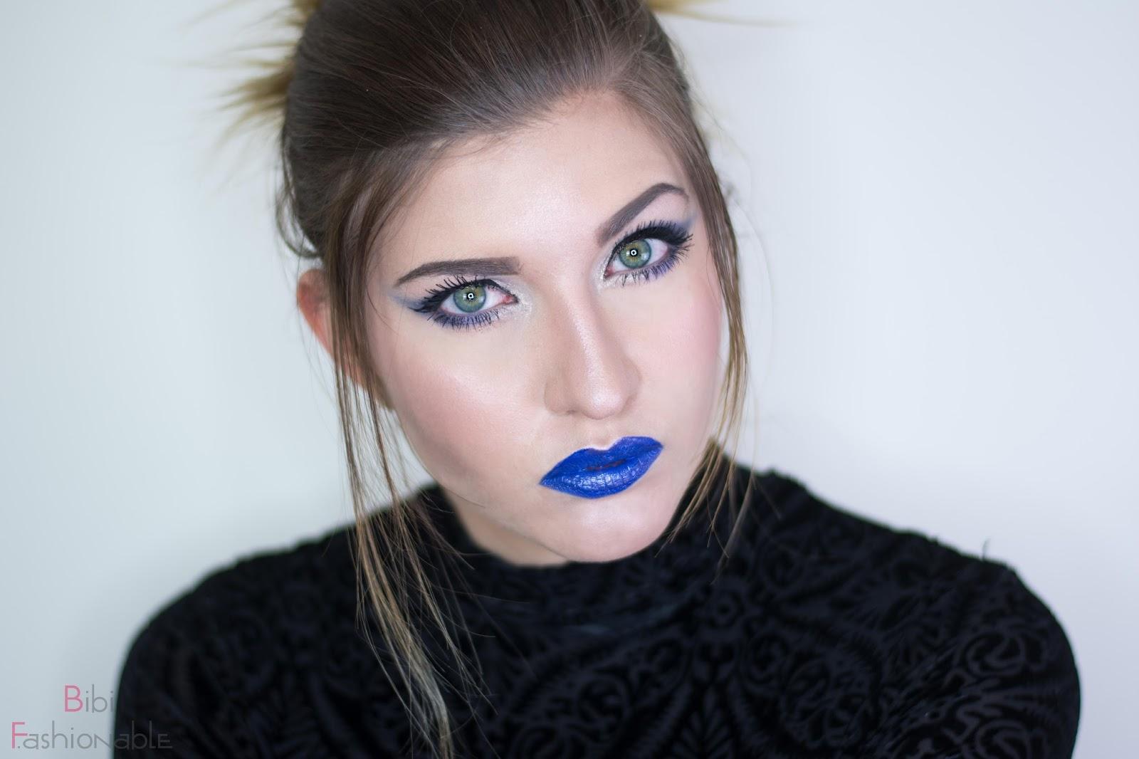 NYX Look Shades of Blue Blick in Kamera Kopf geneigt
