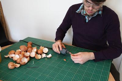 Gallina con cascarones de huevo