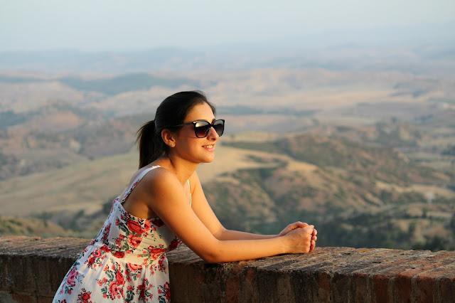 ragazza che guarda panorama paesaggio