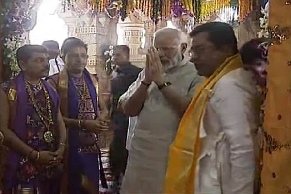 dwarkadheesh-mandir-pandit-and-pm-narendra-modi