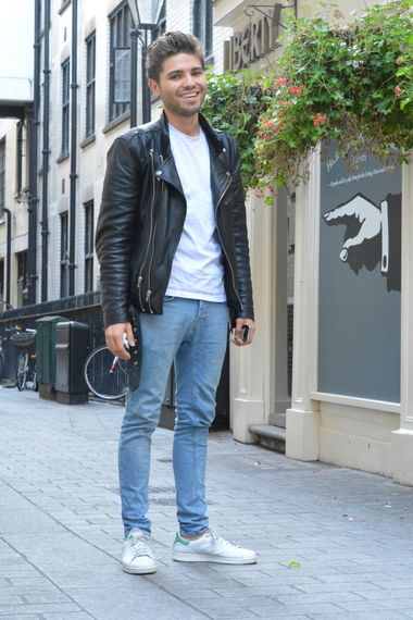Adidas Stan Smith branco, tênis branco com jaqueta masculina e jeans light claro