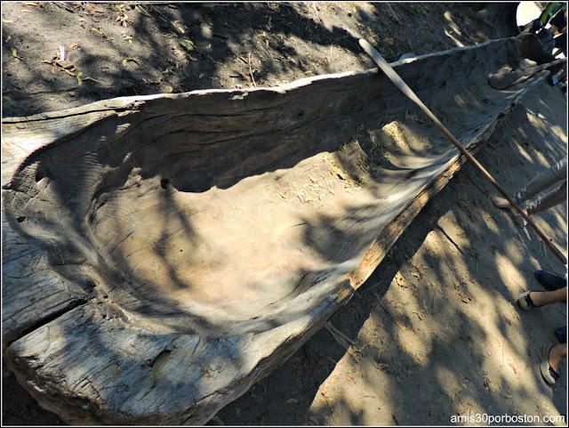 Wampanoag Homesite en la Plimoth Plantation: Construcción de Canoas