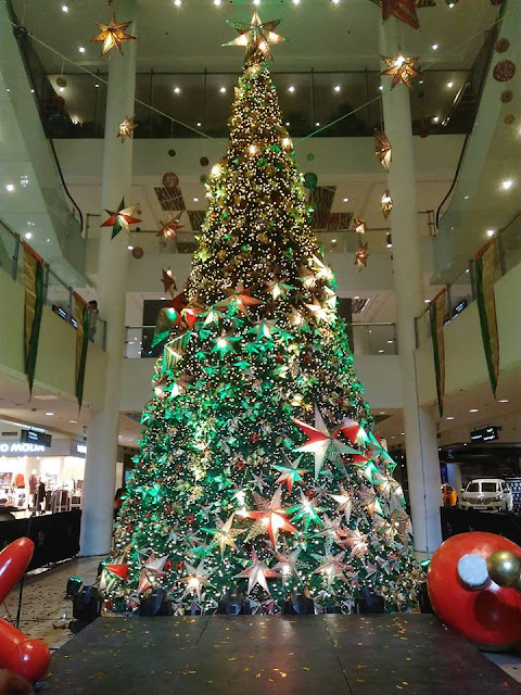 Christmas Tree in Ayala Center Cebu by Miong Pelimon