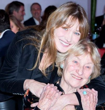 Foto de Carla Bruni abrazando a su mamá