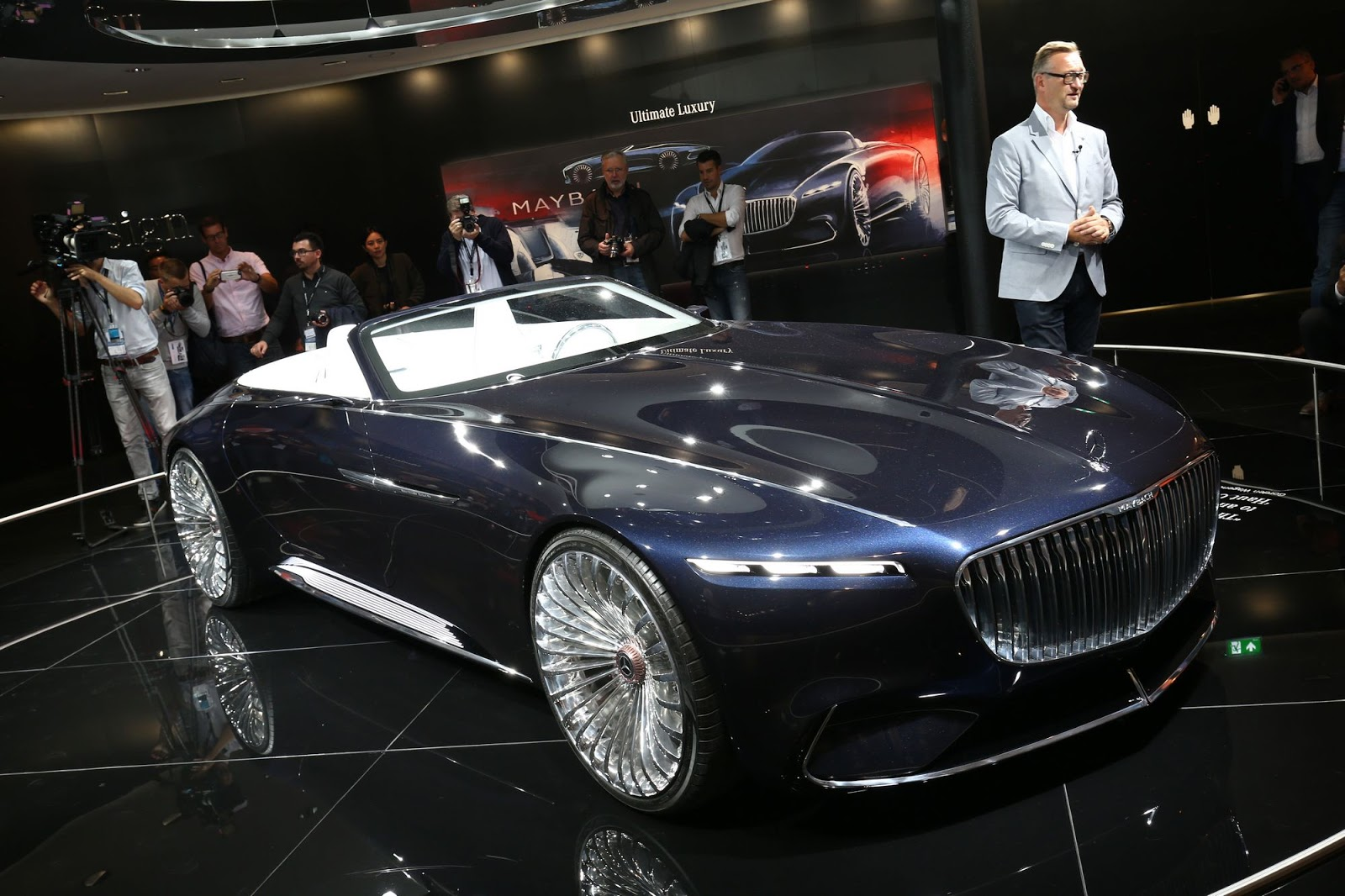 mercedes maybach bathes frankfurt in opulence carscoops. Black Bedroom Furniture Sets. Home Design Ideas