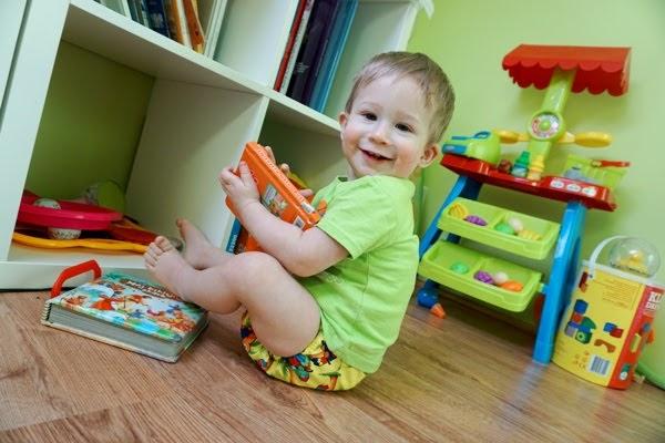 zadowolone dziecko w pieluszce wielorazowej