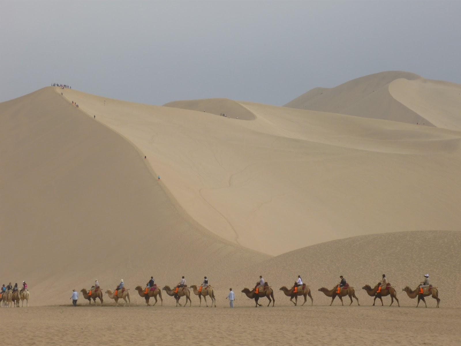 敦煌の砂漠を進むキャラバン