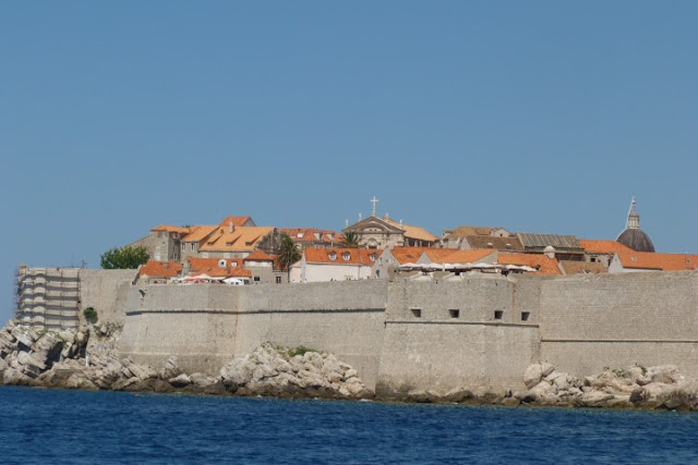 Dubrovnik, zicht op stadsmuur vanuit zee