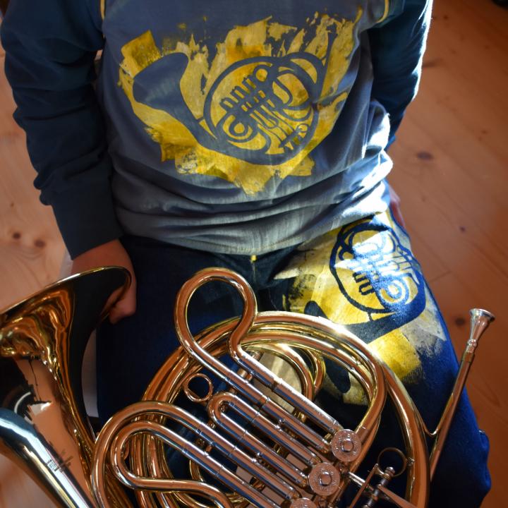 Wiener Horn mit Siebdruckfarbe auf Seweater und Jeans gedruckt
