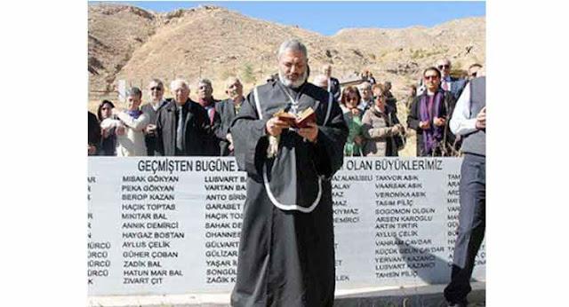 Grupo de armenios visita cementerio de Zara