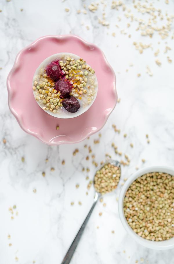 vegane Oatmeal Cups zum Einfrieren mit Sauerkirschen und Buchweizen