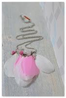 sautoir plastron plumes rose clair et blanc