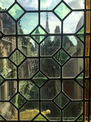 Vue sur la rue du gros Horloge et la Cathédrale au travers d'une vitre