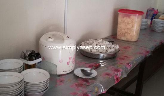 NIKMAT : Inilaj sajian Lontong sayur di hari pertama saya nginao di Hotel Emerald Sanggau.  Nikmat juga loh.  Foto Asep Haryono